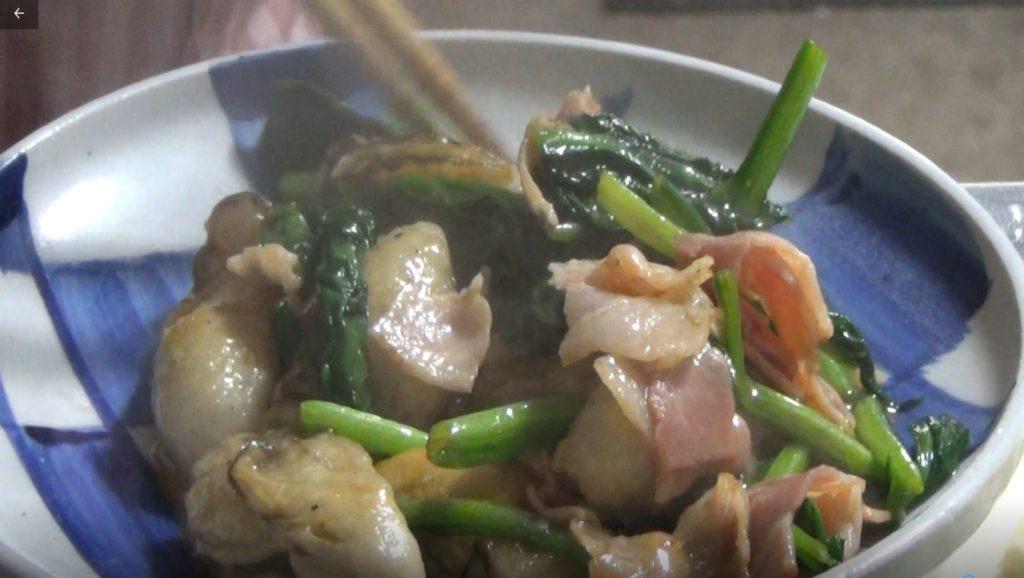 牡蠣のうまみを味わう簡単カキ料理=カキのベーコンほうれん草炒め